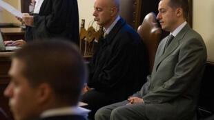 Paolo Gabriele (derecha) durante el juicio por el Vatileaks