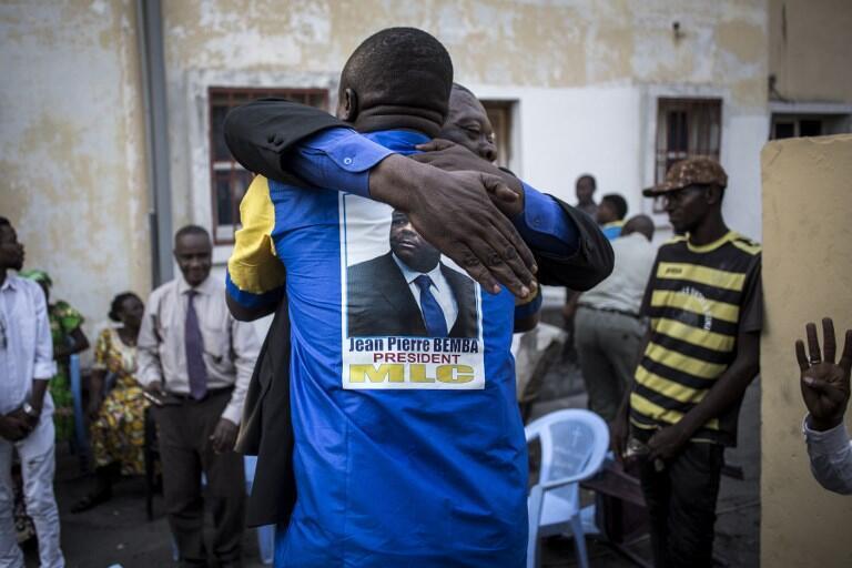 Partidários de Jean-Pierre Bemba celebram a sua absolvição a 8 de Junho na sede do partido, o MLC, em Kinshasa.