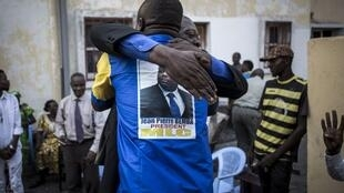 Des partisans de Jean-Pierre Bemba fêtent son acquittement le vendredi 8 juin au siège de son parti, le MLC, à Kinshasa.