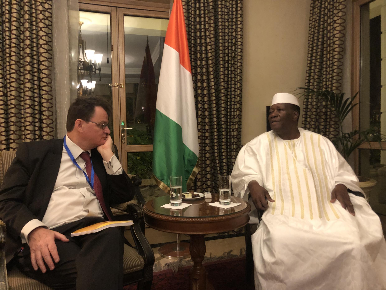 Christophe Boisbouvier, à gauche et Alassane Ouattara, à droite.