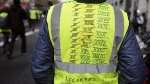 Un manifestant «gilet jaune» à Paris, le 13 avril.