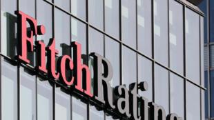 Le logo de Fitch Ratings est visible dans leurs bureaux du quartier financier de Canary Wharf à Londres.