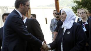Le Premier ministre serbe Aleksandar Vucic avec Munira Subasic, la présidente de l'association Mères de Srebrenica, avant qu'il ne soit agressé par la foule.