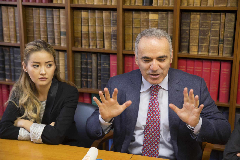 Гарри Каспаров и Мадина, дочь Мухтара Аблязова, в офисе адвокатов в Париже 16/10/2014 (архив)