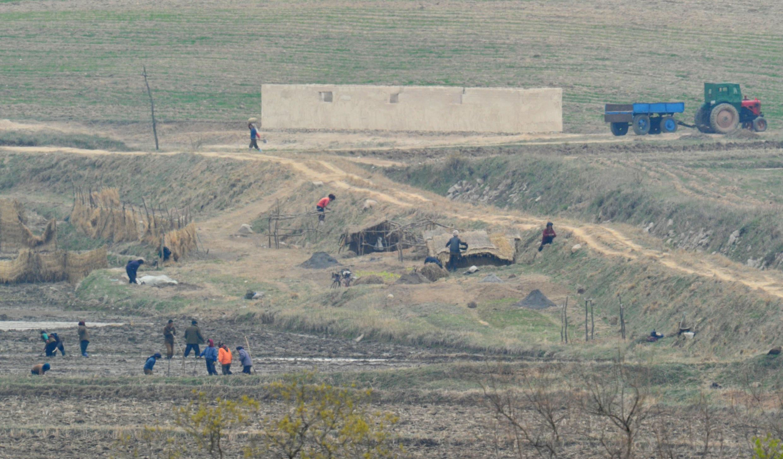 Người dân Bắc Triều Tiên tại một ngôi làng ở vùng phi quân sự. Ảnh chụp ngày 23/04/2013.