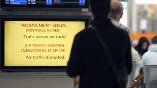 Painel no aeroporto Charles de Gaulle informa sobre a greve dos controladores aéreos na França.