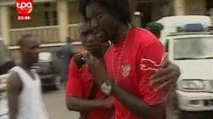 Emmanuel Adebayor, jogador togolês junto ao hospital de Cabinda a 8 de janeiro de 2010. Imagem da TPA (Televisão pública de Angola)