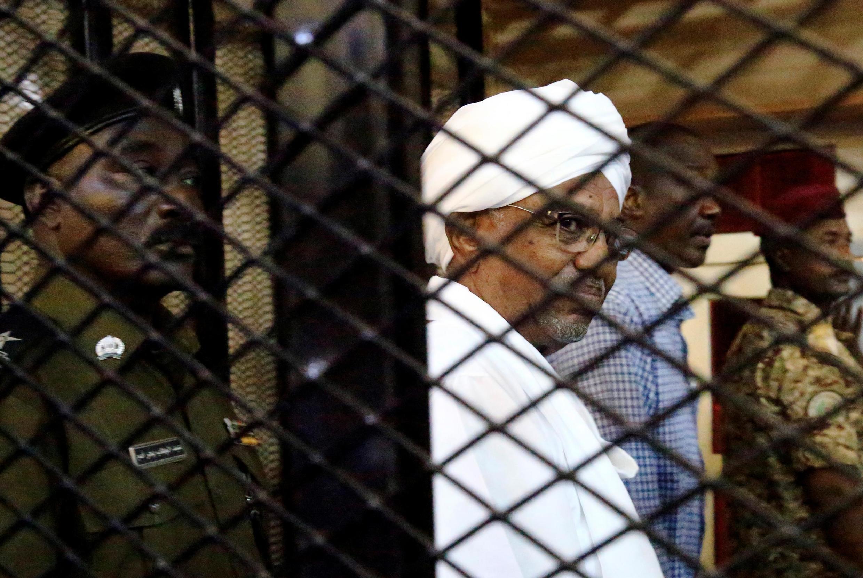 Omar al-Bashir katika mahakama ya Khartoum Agosti 2019.