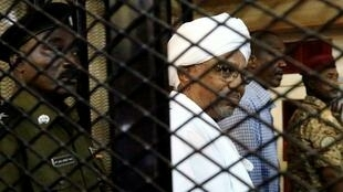 Tsohon shugaban Sudan Omar al-Bashir yayin gurfana a gaban kotu.
