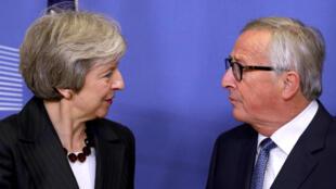 Primeira-ministra britânica Theresa May encontra-se com o Presidente da Comissão Europeia Jean-Claude Juncker