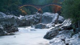 Le Val Verzasca réserve bien des surprises à qui voudrait s'y aventurer.