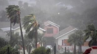 توفان ماتیو هنگام عبور از دایتون بیچ در فلوریدا روز شنبه 8 اکتبر.