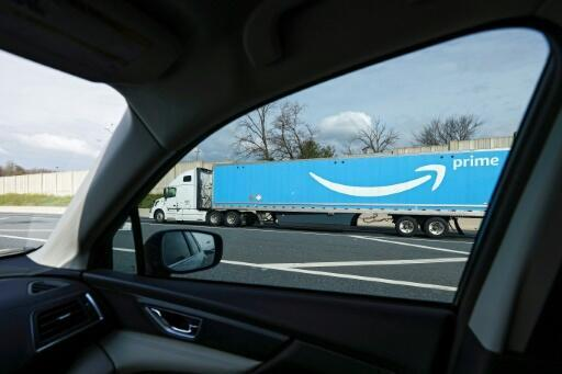 Un camión con acoplado de Amazon circula en dirección sur por la autopista interestatal 95, el 1 de abril de 2020, en Baltimore, Maryland