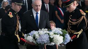 Le Premier ministre israélien Benyamin Netanyahu dépose une gerbe à l'occasion de la commémoration du 75e anniversaire de la rafle du Vel'd'Hiv à Paris, le16 juillet 2017.
