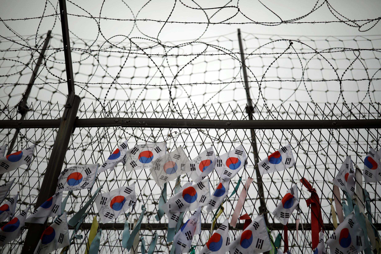朝韩边境的铁丝网上,韩国一边挂满了韩国国旗