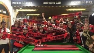 Fundadores do Fla Lisboa reunidos no local transformado em consulado do time carioca na capital portuguesa.