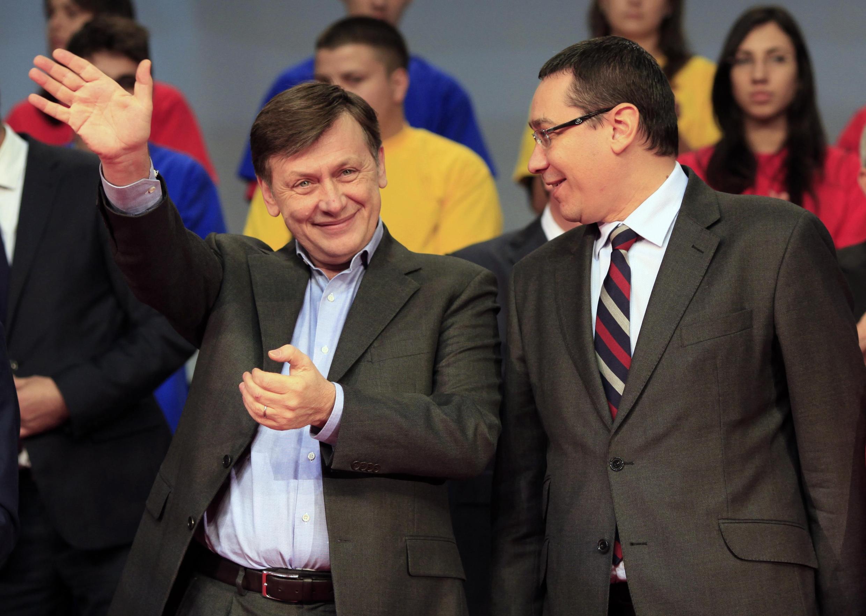 Victor Ponta (G) et Crin Antonescu (D), les leaders de la coalition victorieuse, le 7 décembre 2012.