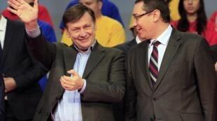 Thủ tướng Victor Ponta (T) và  Crin Antonescu (P), lãnh đạo liên minh trung tả Rumani. Ảnh ngày 07/12/2012