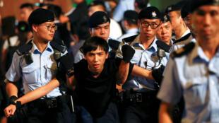 Un militant pro-démocratie à Hong Kong, lors de son arrestation pendant une manifestation, le 28 juin 2017.