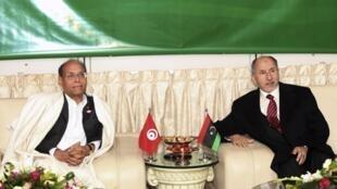 Le président tunisien Moncef Marzouki (g) et le chef du CNT libyen Moustapha Abdeljalil à l'aéroport international de Tripoli, le 2 janvier 2012.