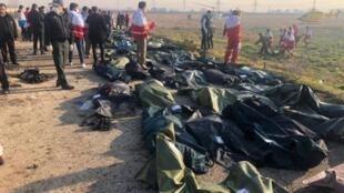 اجساد سرنشینان هواپیمای مسافربری اوکراین که توسط پدافند سپاه پاسداران در حومۀ تهران ساقط شد.
