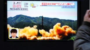 Imagens do lançamento do novo míssil balístico norte-coreano foram divulgadas pela televisão nesta terça-feira, 28 de novembro de 2017.