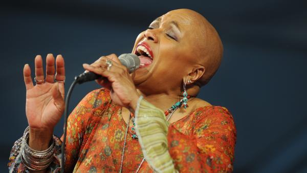 Dee Dee Bridgewater sur scène à La Nouvelle Orléans, en 2010.