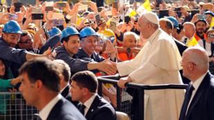 Le pape François dans l'aciérie du groupe italien Ilva, à Gênes, le 27 mai 2017.
