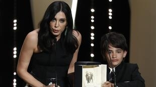 Nadine Labaki avec le Prix du Jury pour son film « Capharnaüm ».
