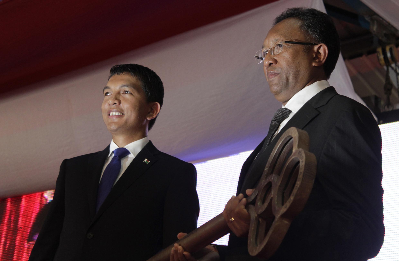 Le président malgache Hery Rajaonarimampianina (d) et l'ex-président Andry Rajoelina lors de la cérémonie de passation de pouvoir, le 24 janvier 2014 à Antananarivo.