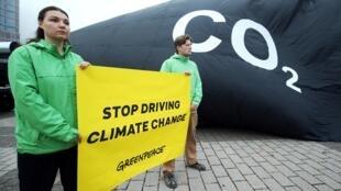 Protesto do Greenpeace contra emissões de gases de efeito estufa por veículos em frente ao Salão Internacional do Automóvel de Frankfurt nesta terça-feira, 10/09/19.