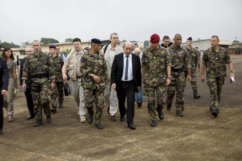 Le ministre français de la Défense, Jean-Yves Le Drian, en visite à Bangui, le 13 décembre 2013.