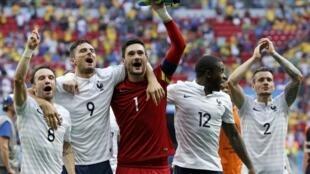 La joie de Valbuena, Giroud, Lloris, Mavuba et Debuchy après la victoire sur le Nigeria il y a quatre ans, à Brasilia.