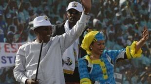 Le président tchadien Idriss Déby et son épouse lors d'un meeting électoral début avril 2016, à Ndjamena.
