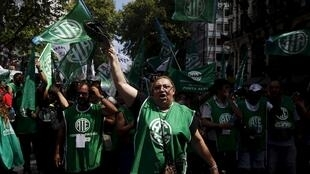 Grevistas participam de passeata na Argentina