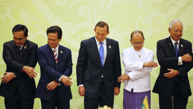 Thủ tướng Việt Nam Nguyễn Tấn Dũng (T) đứng cạnh Thủ tướng Úc Tony Abbott (G) nhân Hội nghị Thượng đỉnh ASEAN-Úc ngày 12/11/2014 tại Miến Điện.
