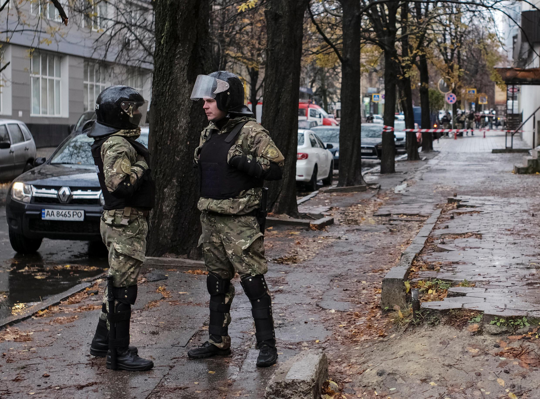 Cảnh sát canh gác trước nhà con trai bộ trưởng Nội Vụ, Kharkiv, Ukraina, ngày 31/10/ctobre.