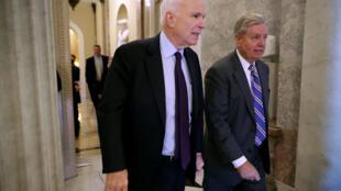 Thượng nghị sĩ John McCain (T) tại Thượng Viện Hoa Kỳ, Washington. Ảnh ngày 26/07/2017.
