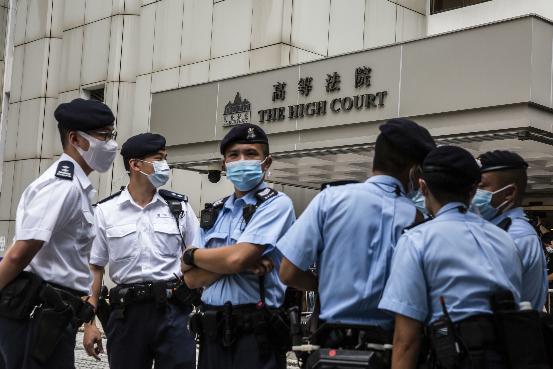 Agentes de policía frente al Tribunal Superior de Hong Kong el 30 de julio de 2021