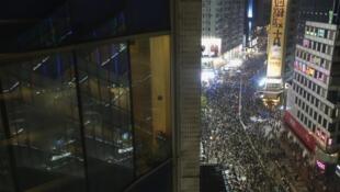 9月30日夜晚,佔領香港中環的示威者。