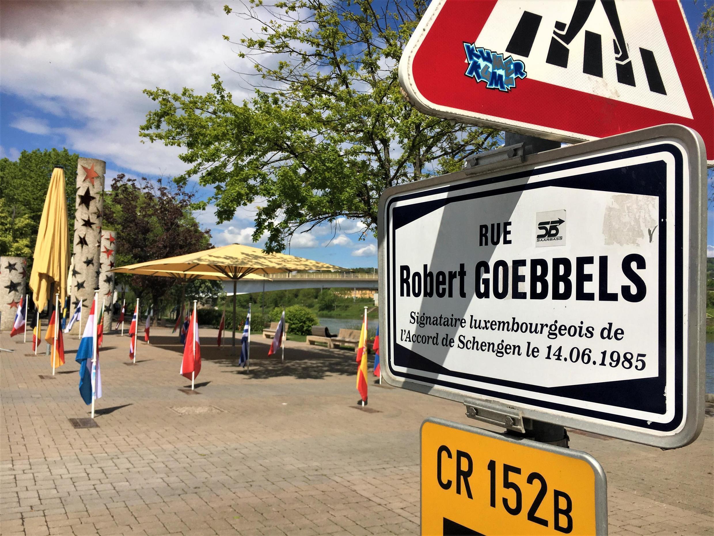 La place des Etoiles et la rue Robert Goebbels, du nom du signataire luxembourgeois de l'accord de Schengen.