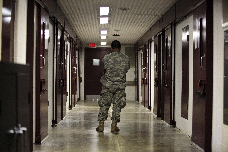 Un militaire américain devant les cellules des détenus du camp 5, dans la prison de Guantanamo, le 31 mai 2009.