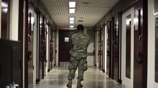 Un militar estadounidense en la cárcel de Guantánamo.