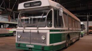 Un bus courant dans les rues parisiennes jusqu'en 1980.