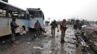 Индийские солдаты на месте теракта в Кашмире, 14 февраля 2019 г.