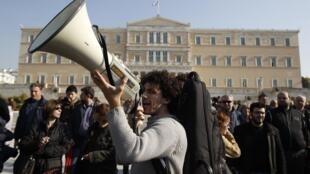 Manifestantes e sindicalistas protestam em frente ao Parlamento grego, em Atenas.