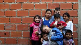 Cerca de 5,6 milhões de crianças estão na pobreza na Argentina, das quais 1,3 milhão vive na indigência, segundo um estudo do Fundo das Nações Unidas para a Infância (Unicef). Foto: Crianças que vivem na favela de Matadero em Quilmes, Argentina.