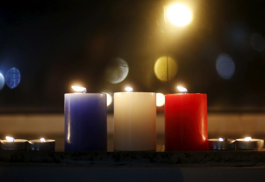 Những cây nến với màu cờ Pháp được đặt trước đại sứ quán Pháp ở Seoul tối thứ Bảy 14/11/2015.