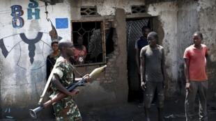 Un militaire porte un lance-roquettes RPG dans une rue de Bujumbura, le 15 mai 2015.