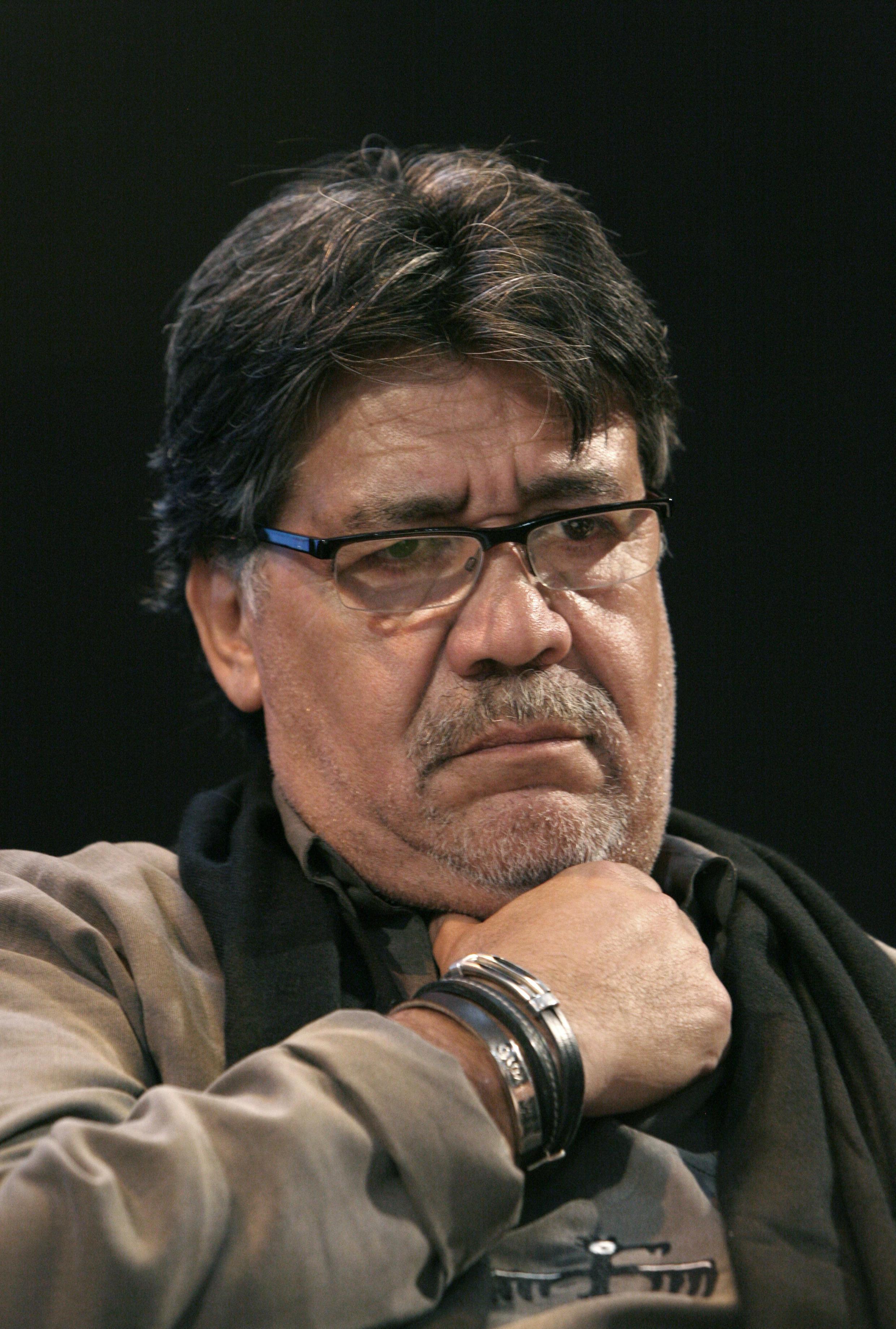 """O escritor chileno Luis Sepúlveda, durante a noite de autógrafos de seu livro """"A sombra do que éramos"""", em 30 de março de 2010, em Paris."""